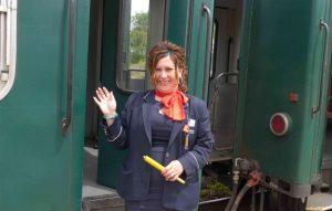 Bahn-Schaffnerin vor Zugtür