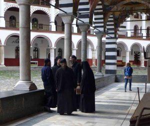 Mönche in einem Kreuzgang