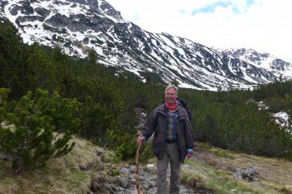 Wanderer in den Bergen mit Wanderstab